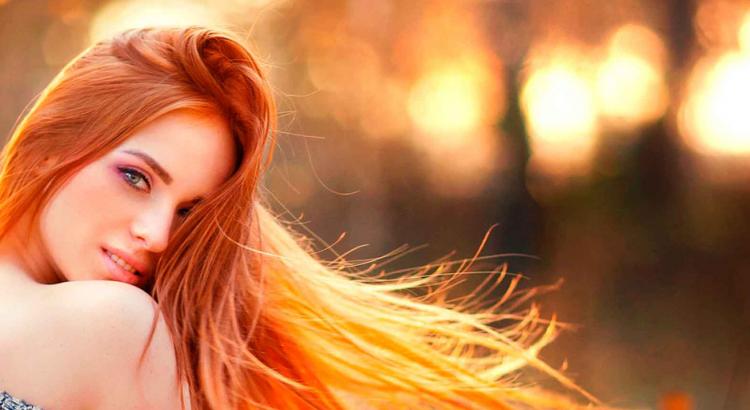 mulher de cabelo ruivo longo
