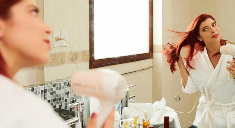 como escovar os cabelos sozinha