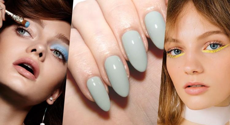 Mulheres se maquiando de sombra azul e unha com esmalte azul