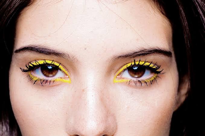 Moça utilizando o delineado amarelo