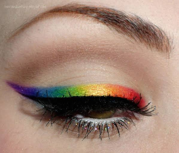 Maquiagem com delineado multicolorido
