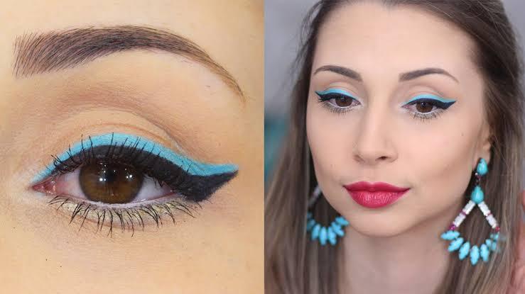 Maquiagem com delineado azul-claro
