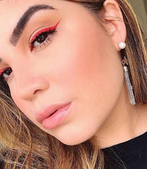 Maquiagem com delineado vermelho