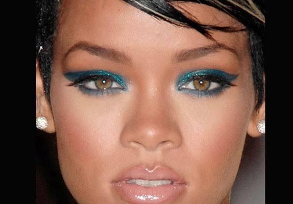 Cantora Rihanna com delineado azul-marinho