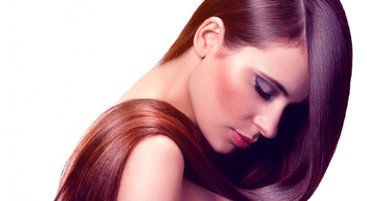 mulher com cabelo brilhoso