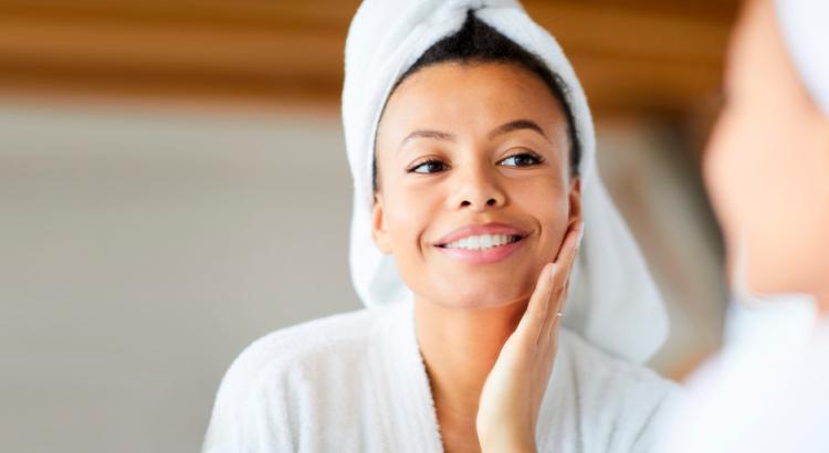 mulher cuidando da pele do rosto